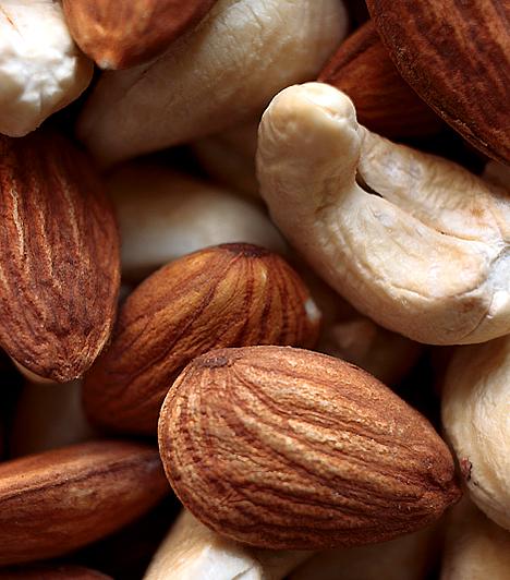 MandulaA fehérje a zsírégetés szempontjából talán az egyik legfontosabb tápanyag, hiszen nemcsak a szervezet zsíranyagcseréjében játszik meghatározó szerepet, az izmok védelméért is felel. A mandula kiváló természetes fehérjeforrás, ráadásul telítetlen zsírokat is tartalmaz, amelyek a vitaminfelszívódás és az anyagcsere szempontjából szintén elengedhetetlenek.Kapcsolódó cikk:Így hat a manduladiéta »