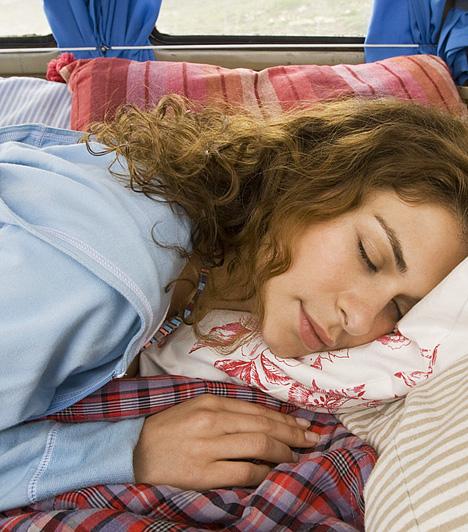 Alvás                         A kutatások lényeges összefüggéseket mutattak ki a megfelelő mennyiségű alvás és az ideális testsúlyért felelős hormonegyensúly között, emellett a pihenés a stressz levezetéséhez is elengedhetetlen, ami szintén hozzájárulhat a túlsúly kialakulásához. Próbáld meg magad a hét és fél, nyolc óra alváshoz tartani.                         Kapcsolódó cikk:                         Egyetlen dolog, ami miatt nem tudsz lefogyni »