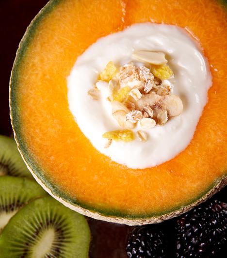 Élőflórás joghurt                         Amellett, hogy minőségi fehérjeforrást jelent, az élőflórás, zsírszegény joghurt rendkívül jó hatással van az emésztésre, amit a benne található jótékony baktériumoknak is köszönhet. Emellett a diétát is változatossá teheti: adhatod gyümölcsök, magvak mellé, de turmixot is készíthetsz belőle.                                                  Kapcsolódó cikk:                         Egyszerű, salaktalanító, béltisztító joghurtdiéta »