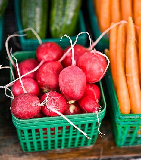 Zöldségek                         A zöldségek magas rosttartalma segíti az emésztést, illetve szervezeted salaktalanítását, számtalan típusuk tartalmaz vízhajtó hatóanyagokat - például a zeller, a spárga -, emellett megtalálható bennük a legtöbb vitamin és ásványi anyag, mely a karcsúság eléréséhez és az egészség megőrzéséhez szükséges.                                                  Kapcsolódó cikk:                         8 zsírégető zöldség-gyümölcs »