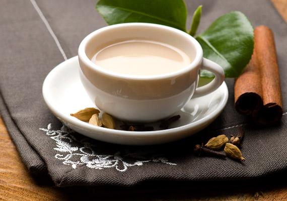 A chai tea alapja egyszerű fekete tea, melyet különféle fűszerekkel ízesítenek, és egy kevés tejet is adnak hozzá. Az eredmény egy rendkívül izgalmas ízvilágú, forró ital, mely felmelegít, és az anyagcsere-folyamatokat is serkenti. Így készítsd el!