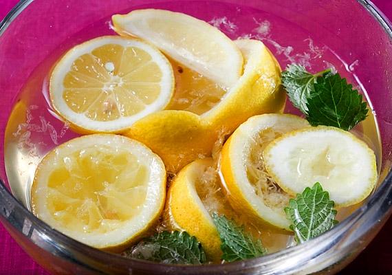 Limonádét nem csak a nyári melegben fogyaszthatsz. Ha a súlyvesztés a cél, forráz le pár gerezd citromot két deciliter vízzel, majd hagy állni pár percig, és kortyolgasd el. C-vitamin-tartalmának köszönhetően erősíti az immunrendszert és segíti a zsírégetést.