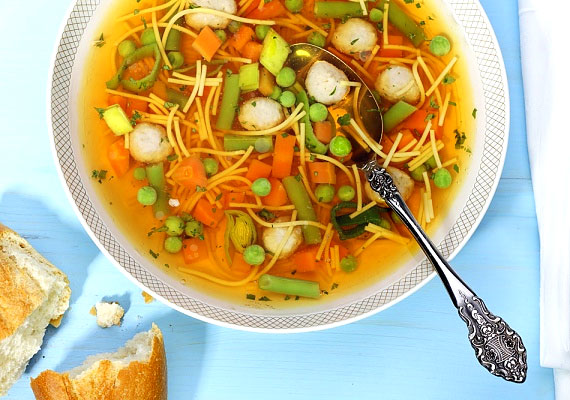 Egy könnyű zöldségleves nemcsak betegség esetén segít - akkor is érdemes fogyasztanod, ha szeretnél megszabadulni pár fölös kilótól. Készítsd kevés olajjal, kevés tésztával - vagy anélkül - és húsmentesen. Kattints a receptért!