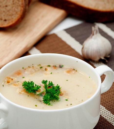 Zsályás fokhagymaleves   1 l erőleves  8 zsályalevél  1 evőkanál liszt  2 dl kefir  1 fej fokhagyma  só, fehérbors, csipet szerecsendió   A fokhagymát szedd cikkekre, húzd le a héját, és főzd puhára az erőlevesben. A levest szűrd át, villával pépesítsd a fokhagymát, majd tedd vissza a levesbe. Add hozzá a megmosott, csokorba kötött zsályaleveleket, és forrald fel. A tűzről lehúzva fedő alatt pihentesd negyed óráig, majd sűrítsd be liszttel elkevert kefirrel. Fűszerezd ízlés szerint.