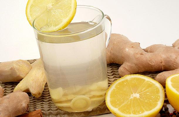 Elalvás előtt igyál egy bögre méregtelenítő gyömbéritalt: csak egy pohár meleg víz, egy fél lime leve, egy kevés gyömbér és egy kis kanál méz kell hozzá.