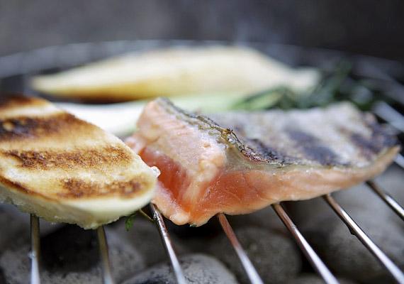 A tonhal és a szardínia is kiváló foszforforrás: előbbi körülbelül 200, utóbbi 300 mg-ot tartalmaz a létfontosságú vegyületből. A halhús emellett értékes, zsírszegény fehérjeforrás, ráadásul a tengeri halak omega-3 zsírsavban is bővelkednek.