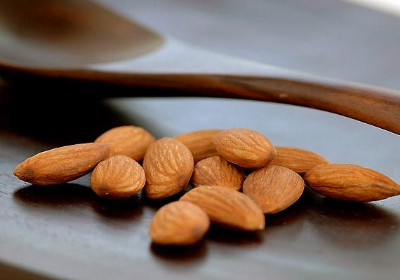 A mandula amellett, hogy az E-vitamin egyik biztos természetes forrása, foszforban is bővelkedik: 100 g mandula körülbelül 450 mg-ot tartalmaz a létfontosságú ásványi anyagból.