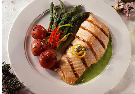 A franciák étrendje sok fehérjét tartalmaz, de nem vörös, hanem fehér húsok formájában. A vörös húsokat cseréld le szárnyasokra vagy halra. Sütés helyett érdemes inkább grillezve fogyasztanod őket - így kevesebb zsiradékot szív magába az étel. A krumpli helyett pedig legyen a köret rostokban gazdagabb és kalóriában szegényebb párolt zöldség.