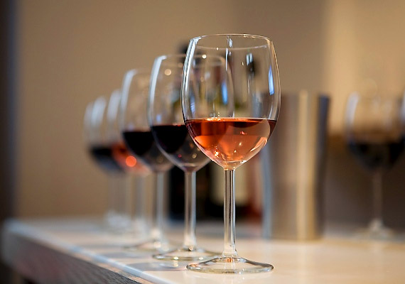 Francia mintára egy-egy pohár minőségi vörösbort vagy rozét is érdemes elfogyasztanod vacsora közben, illetve azt követően. Ily módon nemcsak az emésztést és a zsírégető folyamatokat támogatod, de a vörösborban található antioxidánsok az immunrendszeredet is erősítik. Próbáld ki az ínyencdiétát!