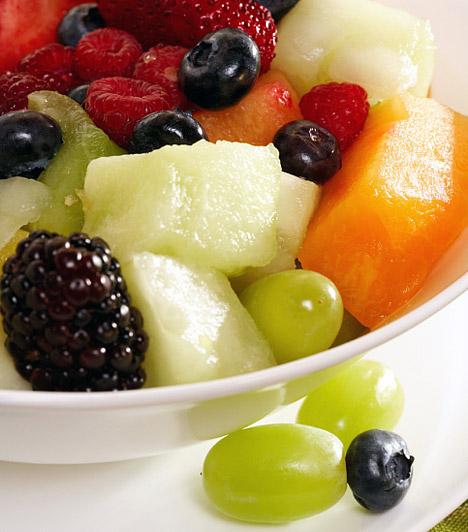 Gyümölcssaláta  A sokféle nyári gyümölcs egyik legegyszerűb felhasználási módja, ha felkockázod és összekevered őket. A vitaminokban és rostokban gazdag ízorgia reggelinek is tökéletes, hiszen nemcsak finom, de már a korai órákban beindtja az anyagcserét, a benne található fruktóz pedig ellát a napindító energiával.