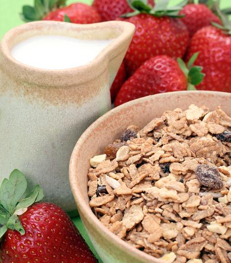 Anyagcsere-pörgető müzli  A teljes kiőrlésű gabonapelyhek rosttartalma egyébként is magas, de az anyagcserét is támogató vitaminokban gazdag gyümölcsökkel még hatékonyabb fogyókúrás reggelivé változtathatod a magokat - arról nem beszélve, hogy néhány szem friss eper vagy áfonya hozzáadásával igazi finomság lesz az unalmas magokból.