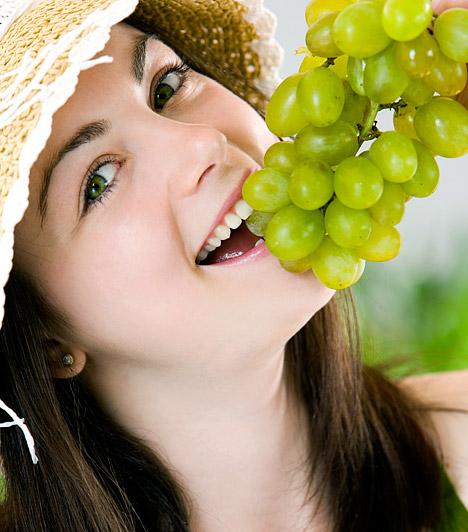 Felfrissítenek és karcsúsítanak  A nyári kánikulában minden bizonnyal te is kevésbé kívánod a nehezen emészthető, zsíros fogásokat, annál jobban esik azonban a szomjoltó, friss gyümölcsök hűsítő íze. Képgalériánkban összegyűjtöttük, hogyan érdemes fogyasztanod a nyár ajándékait, hogy ne csak enyhülést hozzanak a melegben, de salaktalanító, emésztésjavító tulajdonságuknak köszönhetően a fogyást is jobban segítsék.  Kapcsolódó cikk: Egy hét alatt 2 kiló mínusz a laktató, béltisztító nyári diétával »