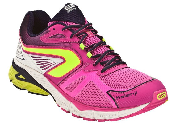 A Kalenji KIPRUN LD női futócipőt befelé dőlő lábtartáshoz, illetve aszfalton való futáshoz tervezték. Ára 27 990 forint a Decathlonban.