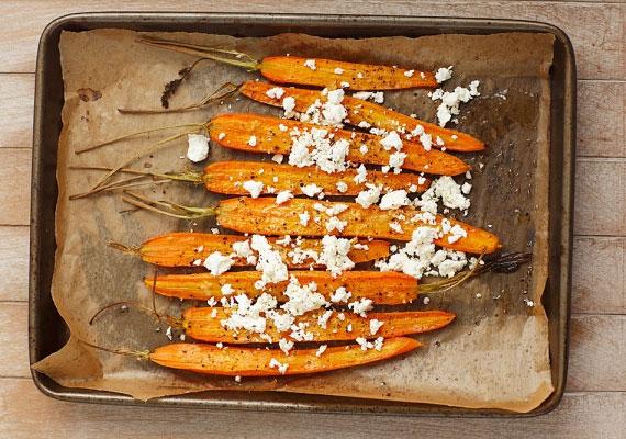 Sült sárgarépa                         A tepsiben sütött sárgarépa gyakorlatilag teljesen ki tudja váltani a sült krumplit. Tégy te is egy próbát, meg fogod szeretni! Pici olívaolajra és tengeri sóra lesz hozzá szükséged.