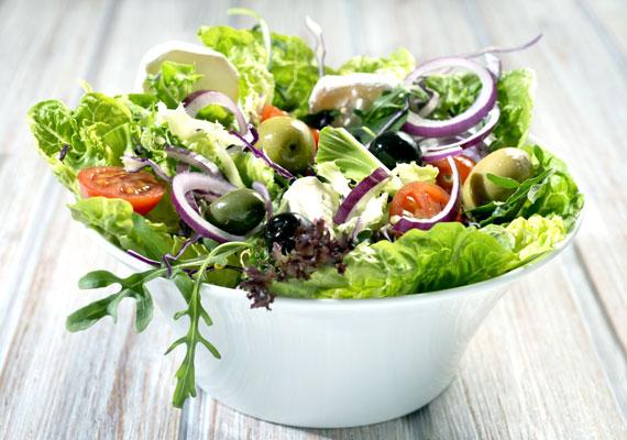 Nyers saláták                         Akár zöld salátákat választasz balzsamecetes, olajos öntettel, akár a joghurtos salátákat kedveled, igyekezz minél többször ezt az opciót választani.