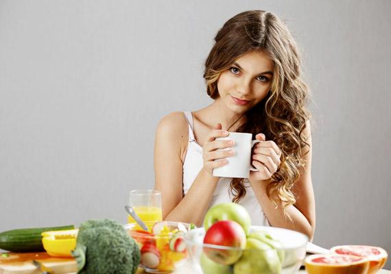 Ne hagyd ki a reggelit! Ahhoz, hogy az anyagcseréd megfelelően működjön, beinduljon a zsírégetés, fontos, hogy a folyadék mellett valamilyen szilárd, rostban gazdag táplálékot is fogyassz a felkelést követő egy órán belül.