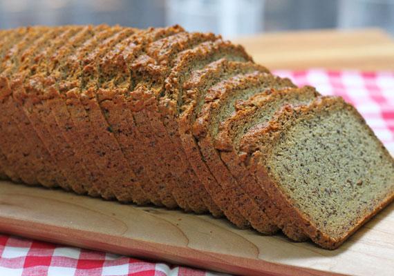 A teljes kiőrlésű kenyerek valóban jó alternatívát jelentenek a finomított fehér lisztes helyett, de sajnos itt is sok esetben verhetnek át: a hirdetett teljes értékű gabona csak egy része az összetevőknek, miközben ugyanúgy van benne fehér liszt is, ami koránt sincs jó hatással az alakra. A friss kenyereken nem mindig tüntetik fel az összetevőket sajnos. Különösen rossz vásárt csinálhatsz számos csomagolt változattal is, ha nem nézed meg az összetevőket! Ezekhez sokszor adnak puffadást okozó adalékanyagokat, sót, sőt, még cukrot is. Mindig olvasd el a címkét, mielőtt megvennéd.