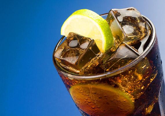 A cukros üdítőitalok rendszeres fogyasztása nem kedvez az anyagcserédnek. Már a heti egy-két doboz kóla vagy más szénsavas üdítő is hízáshoz vezet. Nem mellékesen pedig ezek az italok növelik a szívbetegség kockázatát, magas vérnyomás kialakulásához, diabéteszhez vezethetnek. Tudj meg többet róluk!