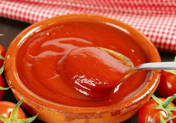 A paradicsomszószok és ketchupok nemigen büszkélkedhetnek azokkal az egészségügyi szempontból értékes tulajdonságokkal, amelyekkel a paradicsom - viszont sok állományjavító, színezék és ízesítő lehet bennük. Tudod, mennyi kalória van egy kanál ketchupban?