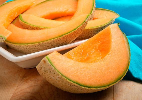 100 gramm sárgadinnyében körülbelül 40 kalória van, ráadásul a gyümölcs káliumtartalma sem elhanyagolható. Mivel a sárgadinnye sok oldható és nem oldható rostot tartalmaz, valamint víztartalma igen magas, fogyasztásával serkentheted az anyagcserét, segít beindítani a súlyvesztést.