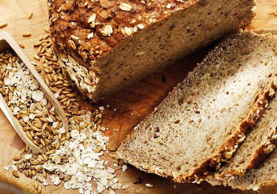 Felejtsd el a magas szénhidráttartalmú ételeket - különösen a finomított szénhidrátokat -, ezek túlzásba vitt fogyasztása ugyanis a hasi hízás legfőbb okozója. A fehér kenyeret cseréld rostban gazdag teljes kiőrlésűre, a tésztafélék közül ugyancsak ilyeneket válassz. A rostban gazdag szénhidrátok emésztése során nem emelkedik meg olyan hirtelen a vércukorszinted, nem kerül a kelleténél nagyobb energiamennyiség raktározásra.