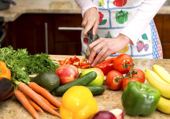 Ha nem csupán rostban gazdag, de néhány vízhajtó hatású zöldséget - például paradicsomot, uborkát, spárgát - is beiktatsz az étrendedbe, megszabadulhatsz a sejtek között felgyülemlett felesleges folyadékmennyiségtől is, mely leginkább hastájékon tapasztalható. És, hogy mi áll a vízfelhalmozódás mögött? Legtöbbször ez a korábbi cikkünkben ismertetett folyamat.