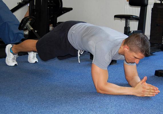 Helyezkedj el a földön nyújtott lábakkal, alsó kartámaszban. Ügyelj rá, hogy a tested egy vonalban legyen, a csípőd ne essen be, de ne is nyomd ki a feneked.