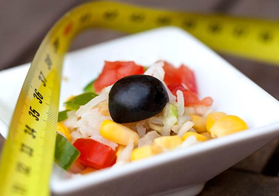 A Weight Watchers diéta minden ételhez egy pontszámot rendel, a fehérje-, szénhidrát-, zsír-, rost-, illetve kalóriatartalom alapján. A pontszám azt fejezi ki, hogy az adott táplálék lebontása mennyi energiájába kerül a szervezetnek. Különösen azoknak segít, akik mindig elvéreztek a különböző fogyókúrákon, többek között Miranda is ezzel fogyott szülés után a Szex és New Yorkból. Tudj meg többet a diétáról, melyet 2014-ben az év leghatásosabb étrendje volt a szakértők szerint!