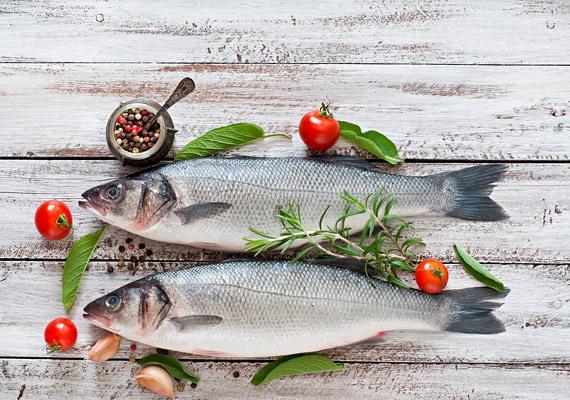 TLC diéta - Therapeutic Lifestyle Changes - célja a fogyás mellett a koleszterinszint-csökkentése, és a test teljes egészésügyi helyreállítása, de például inzulinrezisztenciával küzdőknek is ajánlott. Szakértők szerint az étrend hat hét alatt 8-10%-kal csökkenti az LDL, vagyis rossz koleszterin szintjét a szervezetben. Az étrend alapját a vörös, illetve feldolgozott húsok kiiktatása adja, helyettük fogyassz halakat, szárnyasokat. Ezen kívül fontos a teljes kiőrlésű gabonafélék, a rostban és vitaminokban gazdag friss zöldségek és gyümölcsök fogyasztása. Ezzel a diétával folyamatos a fogyás, míg a test el nem éri az optimális súlyt. Tudj meg többet a diétáról, mely csökkenti az éhgyomri inzulinszintet és segít megelőzni a cukorbetegséget!