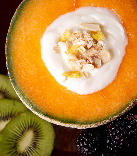 JoghurtdiétaA joghurt minőségi fehérjével és a zsírégetést serkentő kalciummal látja el szervezeted, emellett segíti az emésztést, a benne található probiotikumok hatására pedig bélflórád egyensúlyát is biztosítja. A joghurt emellett változatos formában - gyümölcsökkel kiegészítve, turmixként, magvakkal - alkalmazható a diéta során.Kapcsolódó cikk:Így fogyhatsz joghurttal »