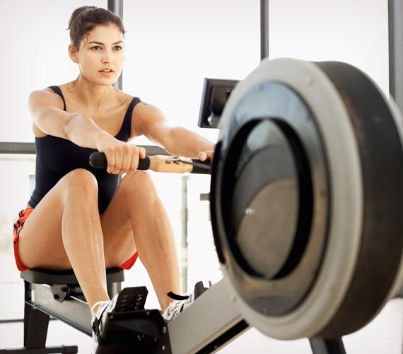 Evezés edzőterembenEgy edzőtermi evezőgépen végzett félórás sportolás annyi kalóriát éget el, mint a futás, azonban itt nemcsak a lábizmaid, hanem a karok és a törzs izmai ugyanúgy munkába lesznek fogva, ami hatásosabb alakformálást eredményez, nem csak kalóriaégetést.