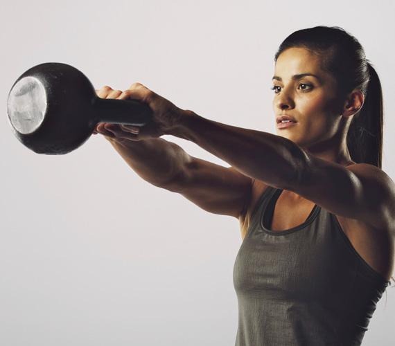 Kettlebell: swingA manapság divatos mozgásforma előnye, hogy a nagy intenzitással végzett mozgás súlyzós edzéssel vonódik össze, aminek köszönhetően kétszer annyi kalóriát égetsz el, mint futással. Rengeteg helyen tartanak már kettlebelledzéseket, de ha otthon szeretnéd kipróbálni, akkor ez a gyakorlat mindenképp szerepeljen az edzéstervedben: kis terpeszben, egyenes derékkal süllyesztve vedd fel a magad elé helyezett súlyt két kézzel. A kiinduló helyzetben a karok nyújtva lógnak a tested előtt. A csípődet használva - előre-hátra kell majd mozgatnod - lendítsd előre a súlyt vízszintes tartásig, majd engedd vissza. Végezz belőle legalább háromszor tízes sorozatot.