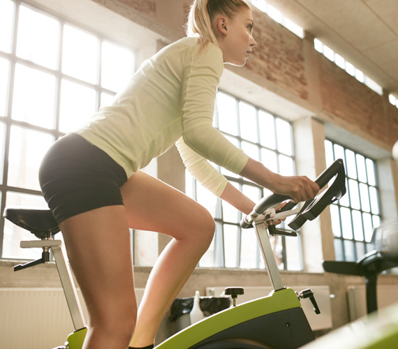 SpinningEgy szobabiciklin végzett intenzív edzés is sokkal hatásosabb, mint a futás. Ha trénerhez mész, akkor ő végigvezet téged egy sor gyakorlaton, de ha otthon használod a gépet, akkor arra ügyelj, hogy ne csak egy monoton tekerés legyen, hanem iktass be intenzívebb szakaszokat. Ilyenkor vedd feljebb a kerékpár nehézségi fokát, és a nyeregből kiállva tekerj.