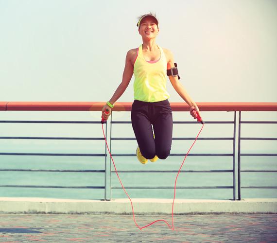 UgrókötelezésEzt a mozgásformát akkor ajánljuk, ha nincs rajtad olyan sok felesleg, csak arról van szó, hogy nincs kedved kimenni futni. Ugrálás közben ugyanis a testsúlyod minden egyes alkalommal ránehezedik az ízületeidre. Egy hatásos gyakorlat ugrókötélhez: páros lábbal ugrálva gyors tempóban tekerj a kötélen 100-at, majd egy rövid pihenő után ismételd meg még két alkalommal.