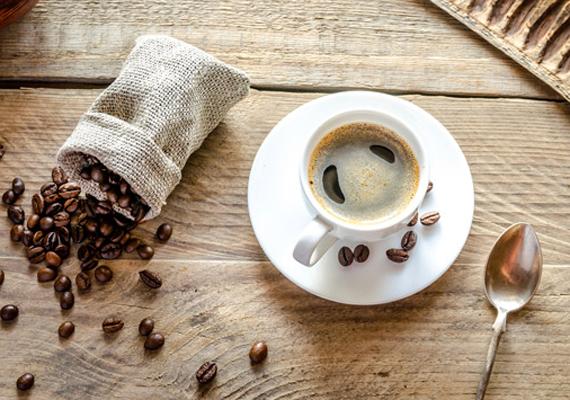 Azt gondolod, a kávé felpörgeti az anyagcserédet, és fogysz majd tőle? Bár igaz, hogy a diétának jót tesz, de éhgyomorra inkább ne fogyaszd. Erősen savasítja a gyomrot, ami betegségekhez is vezethet, első körben pedig stresszt kelt. Ennek hatására hajlamosabb lehetsz napközben a nassolásra, és többet enni a szokásosnál. Részletesen itt olvashatsz róla, miért nem jó a kávé éhgyomorra.