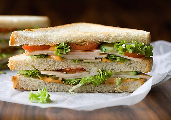 A szendvics, teletömve zöldségekkel, sovány sonkával, sajttal megfelelő reggeli lehet akkor is, ha fogynál, de csak úgy, ha nem fehér lisztből készült kenyérből állítod össze. A fehér liszt hizlaló hatása jól ismert, válassz inkább alacsonyabb glikémiás indexű, 100%-ban teljes kiőrlésű változatot. Majonézt és ketchupot pedig ne tegyél bele, igazi kalóriabombák.