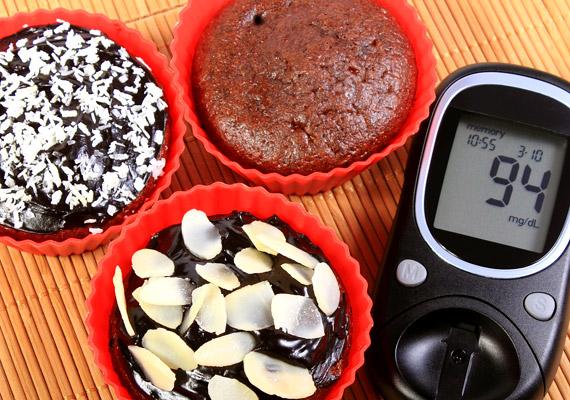 A diabetikus édességek elsőre jó választásnak tűnnek, ha fogyni szeretnél, ám tudnod kell, hogy egyfelől mesterséges édesítőszereket tartalmazhatnak - amelyek negatívan befolyásolhatják az anyagcserét -, másrészt zsírtartalmuk jellemzően magasabb. A diabetikus termékek helyett válaszd inkább a magas kakaótartalmú étcsokoládékat, illetve a nyírfacukorral, esetleg sztíviával édesített finomságokat.