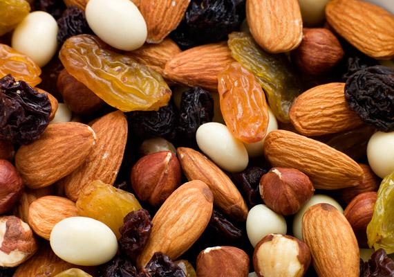 A diákcsemege kétségkívül egészségesebb választás, mint a chips és a mikrós popcorn. Az egyszeresen és többszörösen telítetlen zsírsavakban gazdag olajos magvak segítik az agyműködést, energiát adnak. Mivel azonban jelentős mennyiségű kalóriát is tartalmaznak, csak a délelőtti órákban fogyassz ilyet, ha fogyni szeretnél. Kattints, és nézd meg, mennyi kalória van a különböző olajos magvakban!