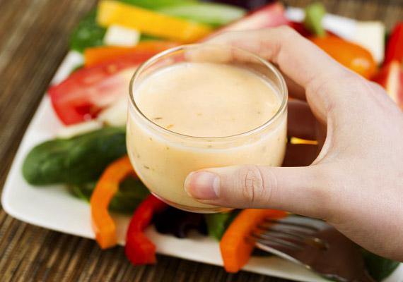 A rostban és vitaminban gazdag saláták alapvetően segítik a fogyást, de ha egy pohár hizlaló öntetettel locsolod meg őket, ne várj ilyesmit. Korábbi cikkünkből megtudhatod, mennyi kalóriát tartalmaznak az egyes öntetek.
