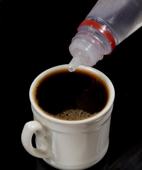Édesítőszerek  Sajnos a kristálycukorral szemben az édesítőszerek sem jelentenek tökéletes alternatívát: mivel a szervezeted megszokta, hogy az édes ízt egy nagy adag szénhidrát követi, ennek elmaradásakor pánikszerű raktározásba kezd, ráadásul üzenetet küld az agyadba, miszerint azonnal cukorra van szükséged.  Kapcsolódó cikk: 3 fogyókúragyilkos táplálék - Így váltsd ki őket! »