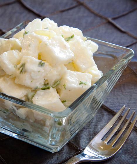 Majonézes saláta  Egy finom, friss saláta nemcsak laktató, de az anyagcserédet is felgyorsítja. Nem mindegy azonban, mivel ízesíted a zöldségeket. A majonézes dresszingtől a könnyű étel igazi kalóriabombává válik. Öntetnek használj inkább jó minőségű növényi olajat és fűszereket vagy citromlevet.