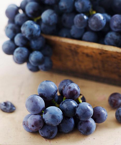Szőlő  Bár antioxidánsainak köszönhetően az egyik legegészségesebb gyümölcsként tartják számon, fogyaszd mértékkel, gyümölcscukor-tartalma ugyanis nagyon magas, ezért, ha sokat eszel belőle, hizlaló lehet. Fokozottan igaz ez az aszalt szőlőre, közismertebb nevén a mazsolára, ami sokszor hozzáadott cukrot is tartalmaz, hogy édesebb legyen.  Kapcsolódó cikk: Candida-fertőzéskor nem ajánlott, tisztítókúrához kell »