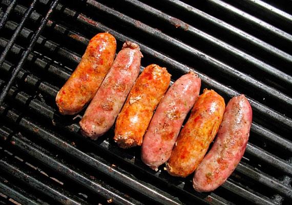 A szabadtéri grillezés sokak által kedvelt nyáresti program, ám nem mindegy, hogy mi kerül a grillrácsra. A zsírdús kolbászokat és a sokszor nehezen azonosítható alkotóelemekből álló húspogácsákat például jobb mellőzni.