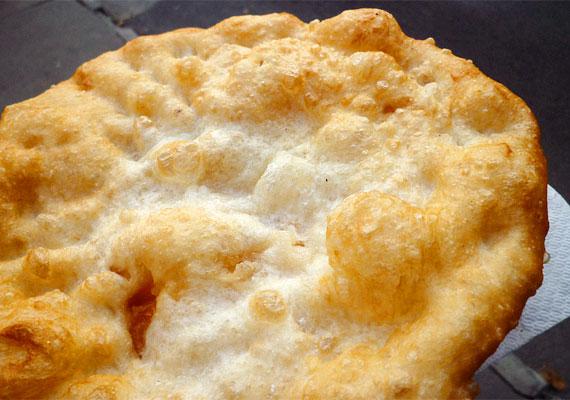 A sajtos-tejfölös lángos kedvelt strandcsemege, amit szinte mindenki szeret. Abba azonban kevesen gondolnak bele, hogy egy százgrammos, fehér lisztből készült, olajban sütött lángos 320 kalóriát tartalmaz.