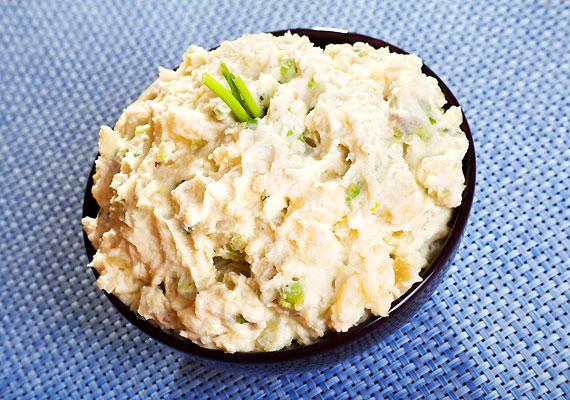A majonézes krumpli vagy tésztasaláta már-már diétásnak tűnhet, azonban jó, ha tisztában vagy vele, hogy egyetlen evőkanál majonéz nagyjából száz kalóriát tartalmaz.