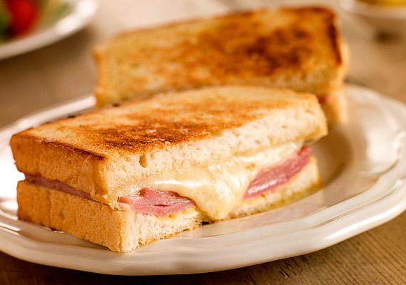 Egy sajtos-sonkás melegszendvics a munkából hazatérve tökéletes, gyors vacsorának tűnhet a hűvösebb őszi időben. Ha azonban nem fogyasztasz mellé zöldséget, fehér kenyérből készíted, esetleg nem kevés - cukorban bővelkedő - ketchupot is nyomsz rá, ne csodálkozz, ha szaporodnak a kilók.