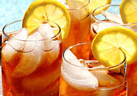 A jeges teát valószínűleg egészségesebbnek gondolod a cukros üdítőnél, ám az igazság az, hogy sokszor köszönőviszonyban sincs az eredeti teával. Magas cukortartalma és a benne lévő adalékanyagok nem segítik elő a diéta sikerét. Ha kedveled ezt az üdítőt, ne boltban vásárold meg, készíts inkább magadnak otthon.