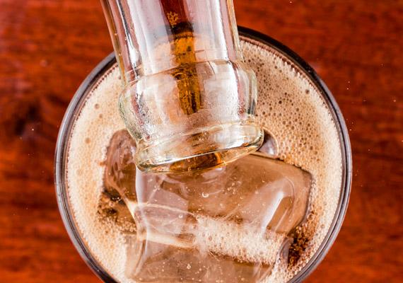 A light italok cukortartalmát a legtöbb gyártó aszpartámmal, K-aceszulfámmal, szacharinnal vagy szukralózzal pótolja. Ezek a vegyületek sok esetben negatívan befolyásolják a cukoranyagcserét, a szervezetet fokozott inzulintermelésre ösztönözve. Tudj meg erről többet korábbi cikkünkből!