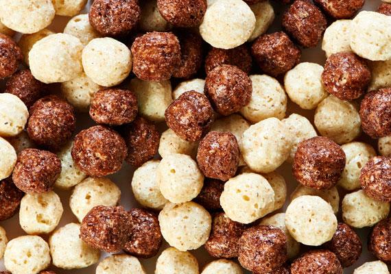 A különféle színes müzlik, gabonagolyók összetevőinek listáját érdemes átböngészni. Ha a sor elején cukrot, szacharint, szukralózt vagy más hizlaló cukorféleséget látsz, tudhatod, hogy nem diétás változattal van dolgod. Az mesterséges színezőanyagok ugyancsak nehezítik a fogyást, hiszen lassítják az anyagcserét. Korábbi cikkünkből tájékozódhatsz a rejtett cukorforrásokról.