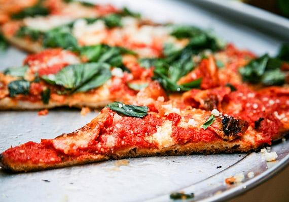 A sokak által kedvelt pizza ugyancsak gyors felszívódású szénhidrátokat tartalmaz. Amennyiben a diéta alatt sem tudsz lemondani róla, készíts magadnak durum- vagy teljes kiőrlésű lisztből otthon. A durumliszt fehérjetartalma magasabb, mint a sima búzaliszté, így egyenletesebb vércukorszintet biztosít - megelőzve ezzel a farkasétvágy kialakulását.